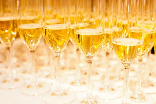 静物 スケッチ 見本 食べ物 フード 食料 食 テーブル 鮮やか 華やか おしゃれ おいしい グルメ 新鮮 フレッシュ 置く おもてなし 豪華 ごちそう パーティ 盛り付け 飾りつけ アルコール ワイン 白ワイン グラス 並ぶ たくさん ブッフェ