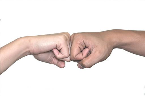 人物 背景 白 白背景 白バック 切り抜き パーツ ボディパーツ 腕 ポイント 指 手首 ジェスチャー 身ぶり 肌 余白  シンプル ハンドパーツ 右手 二つの手 友達 手を握る コミュニケーション フェアプレイ パンチ グー タッチ