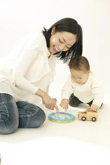 親子 母子 親 おや 母 母親 ママ マザー 子ども 子供 子 赤ちゃん 赤ん坊 乳児 幼児 ベイビー 絆 笑顔 笑う 女性 女 人物 触れ合い ふれあい 室内 部屋 座る 玩具 おもちゃ 車 遊ぶ 日本人 mdfk008 mdjf016