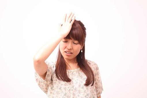 人 人間 人物 人物写真 ポートレート ポートレイト 女性 女 女の人 若い女性 女子 レディー 日本人 茶髪 ブラウンヘア セミロングヘア  白色 白背景 白バック ホワイトバック  手 指 ポーズ 悩む 困る 失敗 肘を曲げる 肘を上げる 装身具 ピアス アクセサリー 目をつぶる 目をつむる 集中 頭に手 目を閉じる 閉じる mdfj012