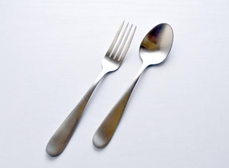 スプーン フォーク カトラリー 背景白 セット 洋食 カレー ピラフ シチュー パスタ 箸 ご飯 ランチ 料理 食べる