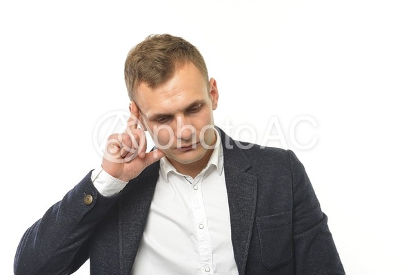 考える外国人男性1の写真