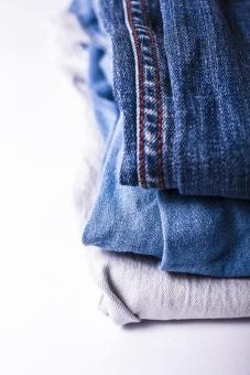 ジーンズ ジーパン Gパン デニム 柄 無地 生地 裾 布 布地 折り畳み 畳む ファッション パンツ 縫い目 積む 重なる 服装 服 足 脚 ホワイト 白 白バック 3足 ズボン 青 ブルー 紺 紺色 ネイビー 裁縫