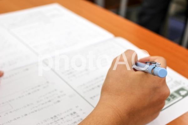 テストを解く小学生の写真