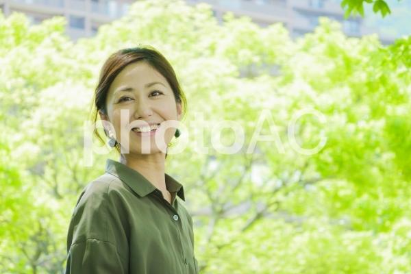 新緑・笑顔・女性の写真