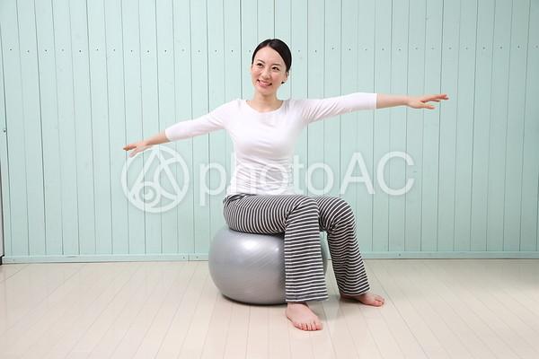 バランスボールをする女性7の写真