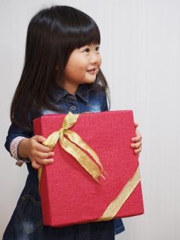 贈り物 感謝 女の子 子供 子ども 女児 クリスマス xmas christmas リボン ラッピング 箱 日本人 child kids japanese cute 笑顔 かわいい pretty present サンタクロース santa クリスマスプレゼント 敬老の日 こどもの日 子供の日 父の日 母の日 day
