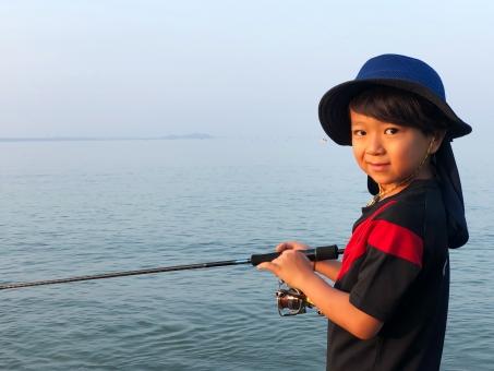 魚釣りをする男の子_06の写真
