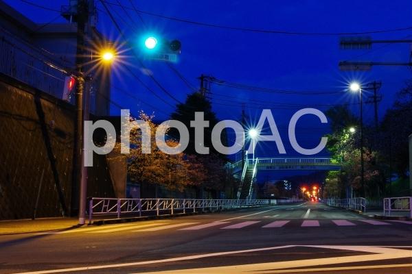夜明け前の交差点の写真