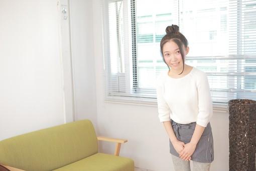 カフェ 喫茶店 コーヒーショップ パーラー  茶房 カフェテリア 飲食店 レストラン 人物 女性 女子 若い 若者 店員 スタッフ 従業員 職員 仕事 労働 バイト 社員 フリーター 接客 サービス もてなし 挨拶 日本人  mdjf026