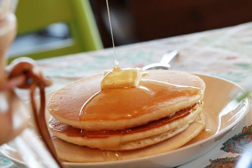 パンケーキ ホットケーキ おやつ はちみつ ハチミツ 蜂蜜 バター 食卓 カフェ ブレイクタイム 休息 ご褒美 テーブル 森