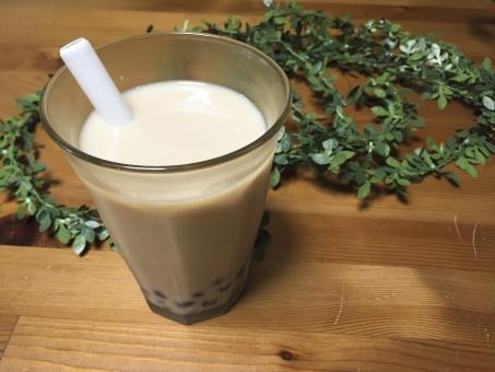 ミルクティー ドリンク ミルク 豆乳 タピオカ ブラックタピオカ ストロー グラス 観葉植物 テーブル 木目 つぶつぶ ぷちぷち