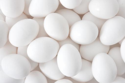 たまご 卵 玉子 生卵 エッグ 白 たくさん ニワトリ 鶏 鶏卵 栄養 タンパク質 健康 フレッシュ ざる 目玉焼き 黄身 白味 殻 背景 背景素材 白バック 白背景 テクスチャー テクスチャ