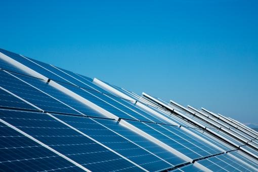 太陽光 太陽光発電 発電 ソーラーパネル パネル ソーラーパワー メガソーラー 再生可能エネルギー 電気 青空 空 晴れ エネルギー エレクトリック パワー 光 装置