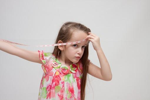 人物 こども 子供 女の子 少女  外国人 外人 キッズモデル あどけない かわいい   屋内 スタジオ撮影 白バック 白背景 長髪  ロングヘア ポートレイト ポートレート 表情 ポーズ  メジャー 巻尺 測る 長さ サイズ 額 頭 mdfk016