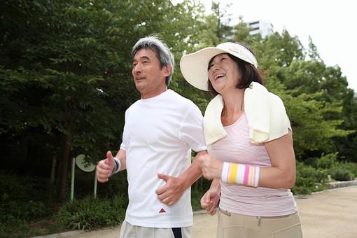 シニア 老人 おじいちゃん おばあちゃん 夫婦 おばあさん おじいさん ジャージ 公園 屋外 タオル 仲良し ジョギング ランニング スポーツ 走る マラソン 健康 ライフスタイル 笑顔 人物 日本人 60代 暮らし 生活 日課 運動 シニアライフ mdfs002 mdjm013