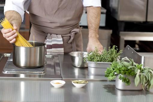 厨房 台所 キッチン 料理 調理  コック シェフ 料理人 レストラン 仕込み 下準備 野菜  エプロン ふきん 鍋 パスタ スパゲッティ カッペリーニ フェデリーニ 香草 野菜 香辛料 茹でる 男性 人物 手 腕 持つ 入れる 外国人