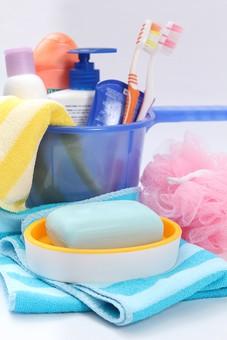 お風呂 お風呂用品 美 シャワー シャンプー 洗う 清潔 スポンジ ピンク色 こする しま ボディタオル 青色 黄色 ハブラシ 磨く 歯磨き粉 石鹸 ボディソープ ポンプ ボトル 石鹸置き 水切り おけ 桶 お風呂グッズ ソープディッシュ