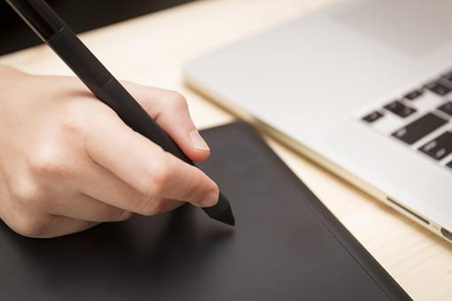 屋内 室内 テーブル 描く 書く パソコン 机 操作 タッチ 持つ 学校 教室 入力 オフィス キーボード 事務 デスク 握る ペン コンピューター 機器 デジタル ポイント キー 手書き 家電 右手 触れる 触る 卓上 タブレット 右利き 文字盤 書斎 なぞる コードレス タッチパッド タッチペン