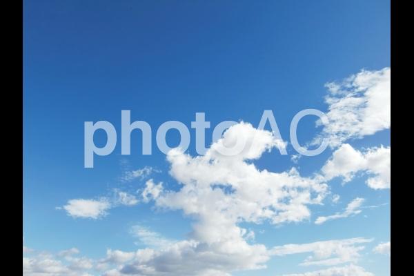 青空と流れる雲の写真