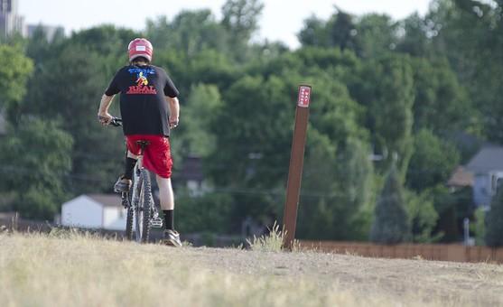 自転車 じてんしゃ サイクリング ロードバイク 男性 人物 スポーツ 運動 乗り物 トレーニング 屋外 サイクルウェア 自然 練習 トライアスロン 植物 景色 広場 タイヤ マウンテンバイク アウトドア 趣味 秋 ヘルメット