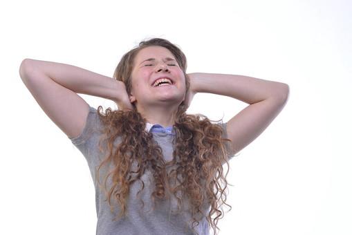 人物 外人 成人 大人 女性 女の人 若い 可愛い ブロンド 長髪 パーマ ポーズ 仕草 合図 聞きたくない 耳を塞ぐ 無音 聞こえない ジェスチャー 半袖 ウェーブ ワンレングス 中央 一人 白背景 うるさい 騒音 外国人 mdff055