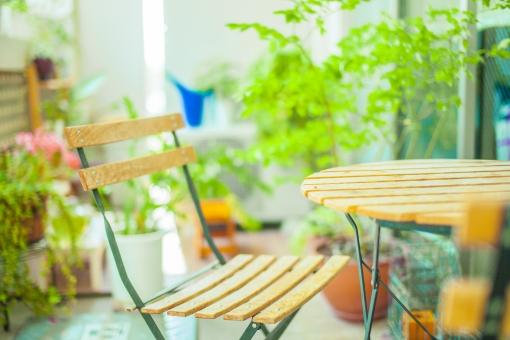 自然 植物 木 樹木 葉 葉っぱ 緑 花 植木鉢 プランター 入れ物 観葉植物 観賞 成長 育つ テーブル 椅子 机 テーブルセット 休憩 休憩所 折りたたみ ベランダ 庭 アップ 窓 ガラス 建築 建築物 建物 無人 景観 飾り 置物