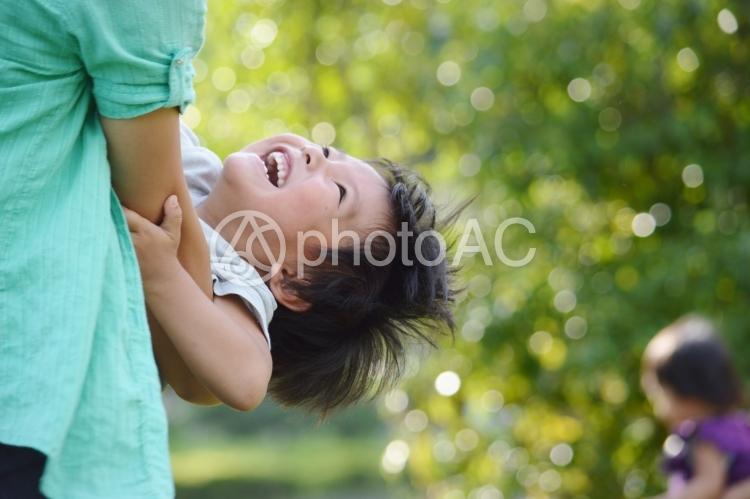 ママと遊ぶ子供の写真
