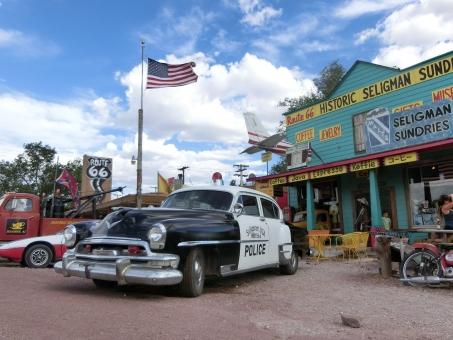ドライブ 車 アメリカ ルート66 カーズ 道路 道 カフェ クラッシックカー パトカー 警察