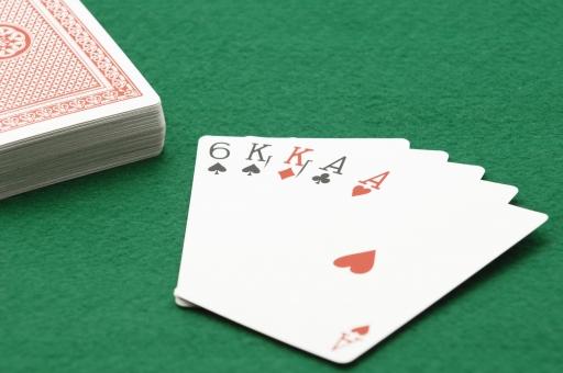 ポーカー トランプ カード カードゲーム ツーペア ギャンブル 賭け 賭博 ゲーム レクリエーション 運 幸運 不運 勝ち 負け カジノ 金 お金 賭け事 娯楽