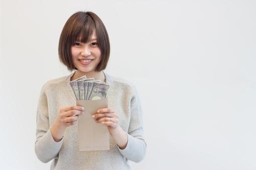 現金を手に笑顔の女性の写真