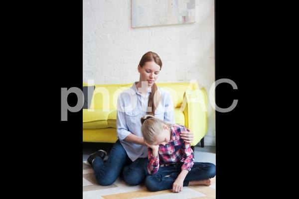 娘をなぐさめるお母さん2の写真