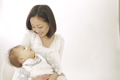 親子 母子 親 おや 母 母親 ママ マザー 子ども 子供 子 赤ちゃん 赤ん坊 乳児 幼児 ベイビー 抱っこ だっこ 抱く 絆 笑顔 笑う 女性 女 人物 触れ合い ふれあい バストアップ 上半身 室内 部屋 座る 日本人 mdfk006 mdjf016