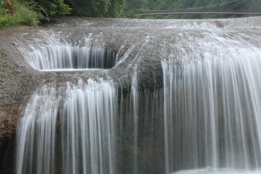 吹き割りの滝 水の流れ 糸のよう 水量豊か 堂々