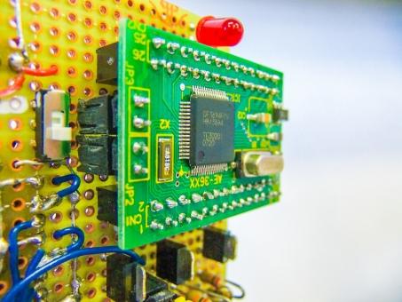 電気 電子 基板 エレキ 機械 部品 エレクトロニクス メカトロニクス センサー ECU マイクロチップ はんだごて 工作 製作 パソコン 電気回路 コンデンサ コイル 抵抗 オーム 電流 電圧 電池 エネルギー 半導体 ユニバーサル基板 LED ランプ コンピューター PC