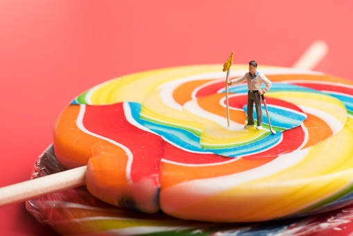 ミニチュア ミニチュア撮影 マクロ撮影 アート  作品 モデル スケールモデル 人形 ドール フィギュア  模型 縮尺模型 縮小 ズーム クローズアップ 拡大  小さい 小人 シュール 不思議 キャンディ 飴 菓子 カラフル ゴルフ スポーツ 赤 レッド 旗