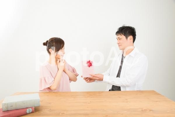 プレゼントを渡す男女の写真