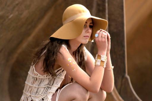 外国人 女性 モデル ファッション ポーズ レディース 茶髪 ロングヘアー ハット 帽子 エレガント  白 ホワイト ベージュ アースカラー ブレスレット 腕輪 指輪 リング カーディガン 編み メッシュ フリンジ ボヘミアン  ショートパンツ ショーパン しゃがむ mdff086