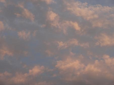 つゆ 梅雨 梅雨空 日没 日没前 お天気 空模様 雨上がり 曇り空 快晴 上空 見上げる 帰宅 夕焼け 空 雨 晴れ 晴れ間 模様 くも 雲 雲の景色 くもの景色 天気予報 大気 空気 天気 反射 反転 回復
