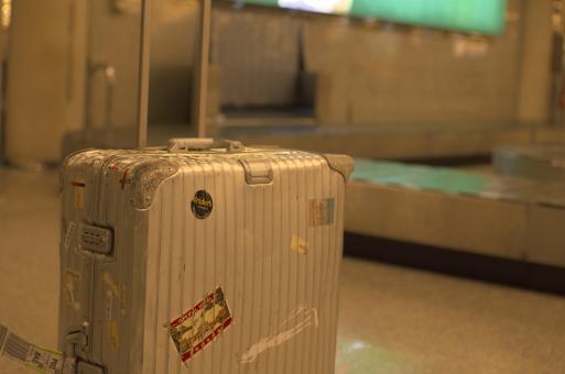 外国 イタリア ミラノ 空港 スーツケース リモワ 旅 空港
