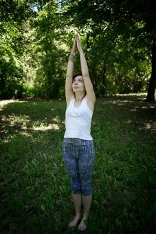 外国人 外人 女性 女 ヨガ ストレッチ エクササイズ フィットネス ストレッチ 健康 体操 温まる 痩せる 鍛える 精神 体 屋外 森 森林 木 樹木 植物 緑 集中 姿勢 ゆったり 手を伸ばす 直立  mdff020