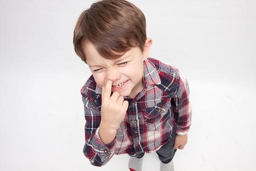 人物 こども 子ども 子供 男の子   少年 幼児 外国人 外人 かわいい   無邪気 あどけない 屋内 スタジオ撮影 白バック   白背景 ポートレート ポーズ キッズモデル 表情  シャツ  カジュアル 全身 俯瞰 鼻 ほじる ふざける おどける 汚い 不潔 mdmk010