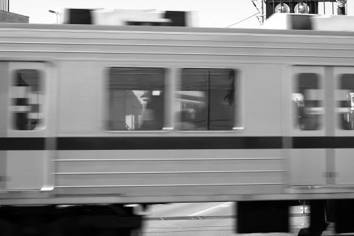 電車通過中 電車 列車 鉄道 踏み切り 通過中 残像 トレイン train Train TRAIN 背景 素材 背景素材 壁紙 イメージ 通学 通勤 仕事 会社 開かずの踏み切り 遅延 人身事故 賠償問題 社会問題 線路 電車賃 ダイヤの乱れ 立入り禁止 でんしゃ