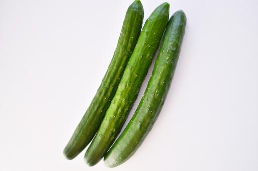 キュウリ きゅうり 胡瓜 3本のキュウリ 野菜 生野菜 食べ物 緑の野菜 新鮮な野菜 背景白 テクスチャ