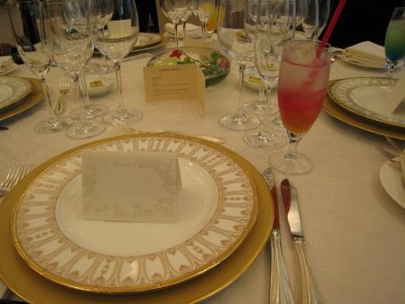 結婚式 披露宴 席 着座 高級 皿 洋食 テーブルセット テーブル グラス 飲み物 席次表 席次 席次カード メニュー ワイングラス 金縁 金 重ねる 重なる お皿