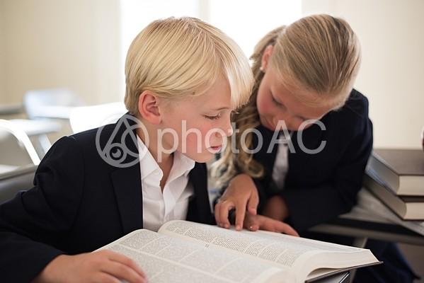 本を読んでいる外国人の男の子と女の子12の写真