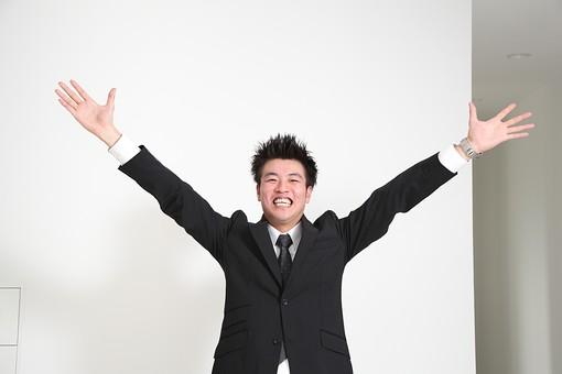 ビジネス 仕事 会社 ビル 建物 建築 建築物 室内 壁 白い 部屋 廊下 万歳 バンザイ 手を上げる 喜ぶ 笑顔 ビジネスマン 会社員 男性社員 男性 男の人 成人 20代 成功 スーツ ポーズ 感情表現 日本人 mdjm003