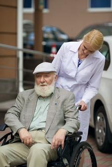 病院 医院 診療所 屋外 外 外国人 白人 男性 老人 高齢 高齢者 おじいさん おじいちゃん 髭 ヒゲ ひげ 白髪 女性 金髪 白衣 車椅子 車いす 座る 乗る 乗せる 上着 ジャケット ハンチング帽 押す 話しかける 女医 医者 医師 mdjms016       mdff142