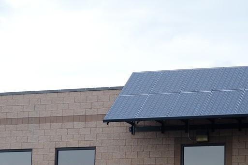 建物 レンガ 煉瓦 建築材料 直方体 焼成レンガ 土 鉄分 赤褐色 建築物 窓  採光 ガラス戸 ソーラーパネル 太陽電池 太陽電池モジュール 太陽光発電システム 太陽光発電パネル 節電 電気 発電 電力 太陽電池アレイ 太陽光発電 ソーラーパネル群 インバータ 二次電池 配線