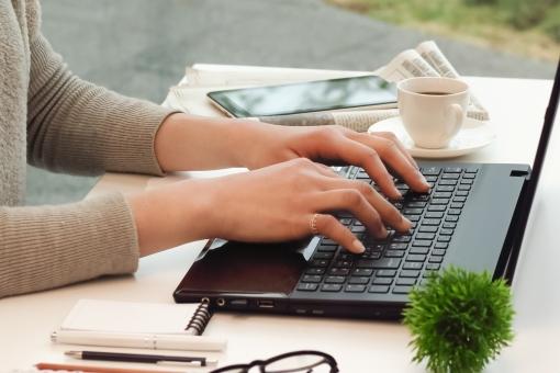 パソコン操作する女性の手元2の写真